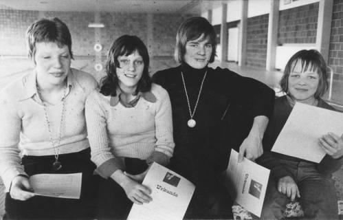 ARH Slg. Bartling 429, Vier jugendliche Schwimmerinnen mit Siegerurkunde, darunter drei Landesmeistertitel, 1974