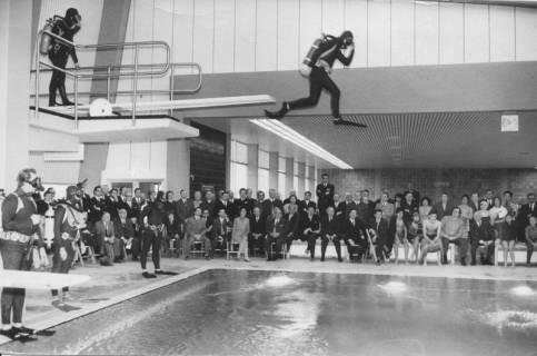 ARH Slg. Bartling 432, Am Beckenrand sitzende Kreistagsmitglieder beobachten Männer in Taucherausrüstung beim Sprung vom Drei-Meter-Brett , 1972