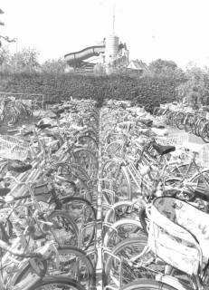 ARH Slg. Bartling 433, Blick über den stark frequentierten Fahrradständer am Freibad, im Hintergrund der Treppenturm zur Rutschbahn, um 1980