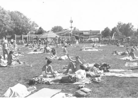 ARH Slg. Bartling 435, Blick über die stark frequentierte Liegewiese des Freibads in Richtung Schwimmbecken, um 1980