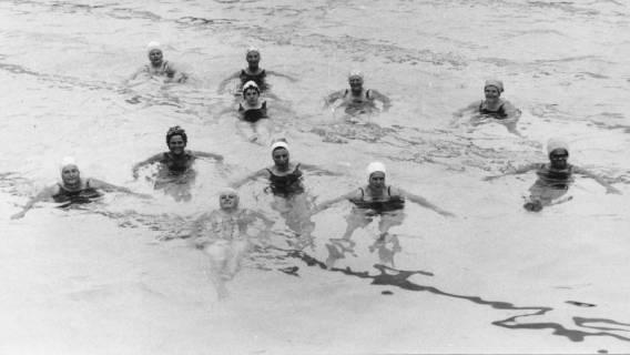 ARH Slg. Bartling 436, Elf Damen schwimmen im Becken , 1969
