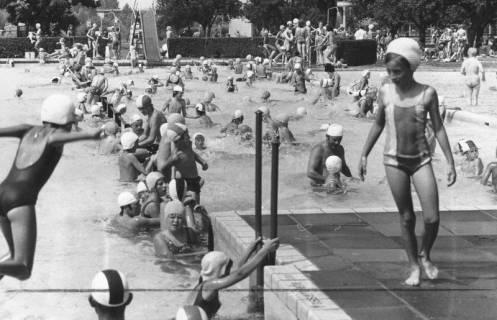 ARH Slg. Bartling 437, Hochbetrieb im Nichtschwimmerbecken, Blick über das Becken auf die Rutsche, um 1980