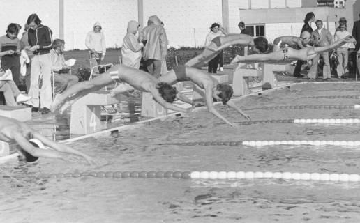 ARH Slg. Bartling 439, Start zum Schwimmwettbewerb der Jungen, Kopfsprung vom Startblock , 1974