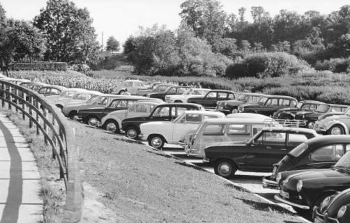 ARH Slg. Bartling 440, Stark frequentierter Parkplatz der PKWs gegenüber dem Eingang zum Bad in der Leinemasch vor dem Kriegerdenkmal, um 1970