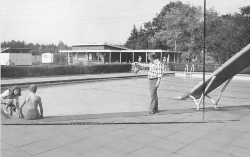 ARH Slg. Bartling 441, Blick von der Rutsche über das Schwimmerbecken des Freibads in Nöpke, 1974