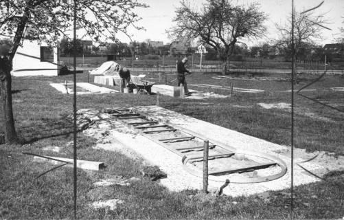 ARH Slg. Bartling 447, Bau des Minigolfplatzes, Einpassung der Stahlrahmen, 1972