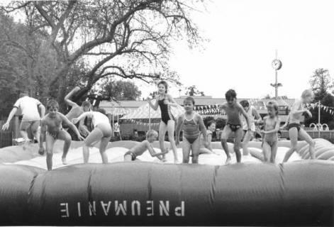 """ARH Slg. Bartling 448, Kinderbelustigung auf der Liegewiese: """"Pneumanie""""-Luftkissen mit hüpfenden Kindern, um 1970"""