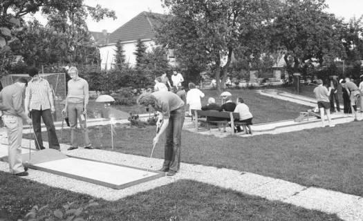 ARH Slg. Bartling 449, Junge Männer beim Spielen auf dem Minigolfplatz beim Freibad an der Suttorfer Straße, um 1970