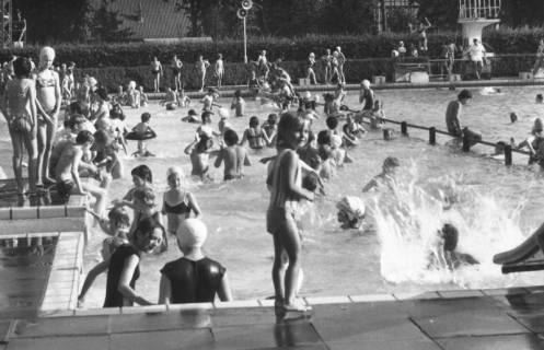 ARH Slg. Bartling 451, Reger Badebetrieb mit zahlreichen Kindern im Nichtschwimmerbecken, um 1970