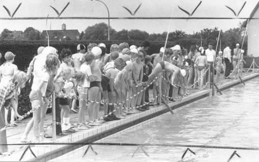 ARH Slg. Bartling 452, Zahlreiche Kinder stehend am Rand des mit Ketten abgesperrten Schwimmerbeckens, 1974