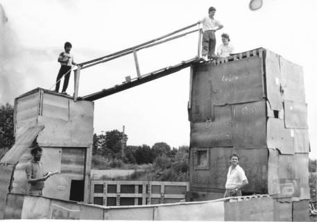ARH Slg. Bartling 454, Abenteuerspielplatz auf der Liegewiese: 2 Bretterbuden mit Brücke, um 1970