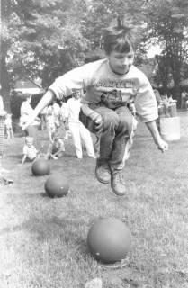 ARH Slg. Bartling 456, Junge beim Hüpfen über drei Medizinbälle auf der Spielwiese, um 1970