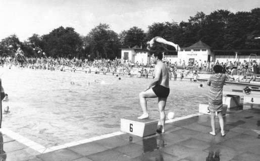 ARH Slg. Bartling 458, Blick über den Starterblock und das Schwimmerbecken auf die Servicegebäude, 1969