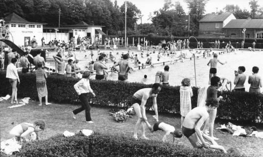 ARH Slg. Bartling 459, Blick über die gut besuchte Liegewiese und das Nichtschwimmerbecken auf das Servicegebäude und die (alte) Bürgerhalle, 1970