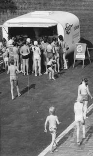 ARH Slg. Bartling 461, Eisverkaufsstand vor dem Freibad mit wartenden Badegästen, 1972