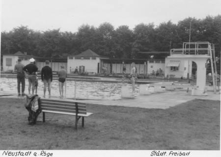 ARH Slg. Bartling 463, Blick über das Schwimmerbecken auf das Servicegebäude, rechts der 3m-Sprungturm (3 Ex.), um 1970