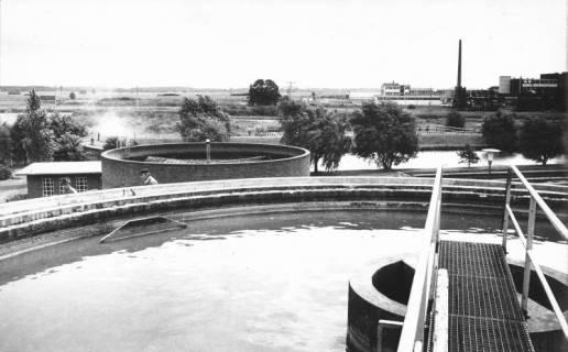 ARH Slg. Bartling 465, Blick über die Türme der alten Kläranlage an der Leinstraße nach Osten, im Hintergrund die Gebäude der Kali-Chemie, 1972