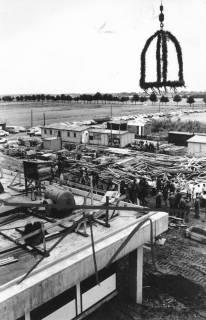 ARH Slg. Bartling 466, Bau der neuen Kläranlage an der Empeder Straße, Setzung des Richtkranzes mit Blick auf die Baustelle aus der Vogelperspektive, um 1974