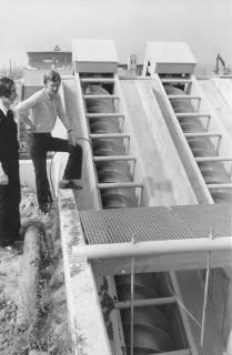 ARH Slg. Bartling 468, Bau der neuen Kläranlage an der Empeder Straße, Blick auf die Förderschnecken, links zwei städtische Mitarbeiter, 1974