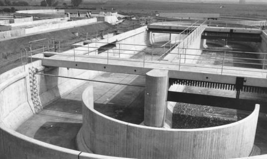 ARH Slg. Bartling 469, Bau der neuen Kläranlage an der Empeder Straße, Blick in die leeren Klärbecken, 1974