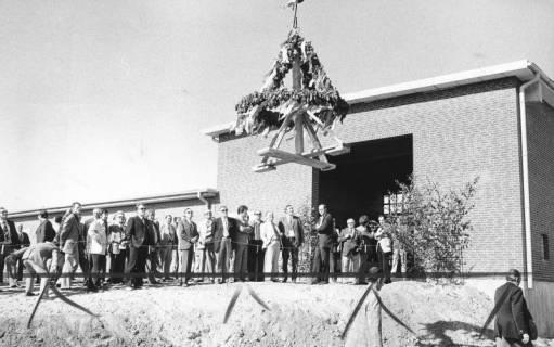 ARH Slg. Bartling 470, Bau der neuen Kläranlage an der Empeder Straße, vor zahlreichen Ehrengästen wird der Richtkranz über der Lagerhalle hochgezogen, 1974