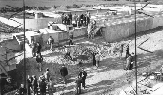 ARH Slg. Bartling 471, Bau der neuen Kläranlage an der Empeder Straße, zahlreiche Ehrengäste nehmen beim Richtfest den Stand der Bauarbeiten an den Betonbecken in Augenschein, 1974