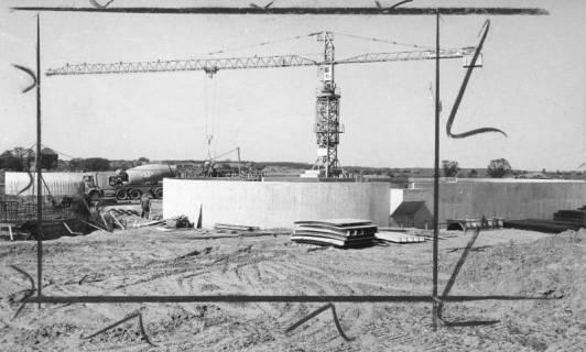 ARH Slg. Bartling 472, Bau der neuen Kläranlage an der Empeder Straße, Betonierungsarbeiten mit Betontransporter und Kran, um 1974