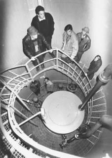 ARH Slg. Bartling 473, Männer auf der stählernen Innentreppe der Pumpanlage an der Hans-Böckler-Straße, um 1974
