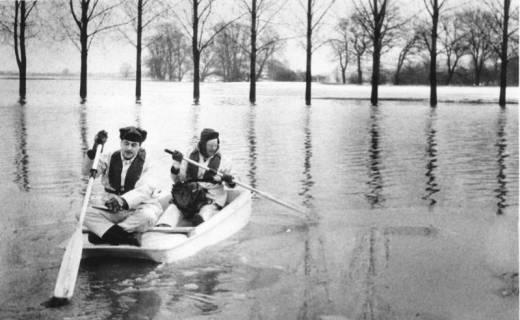 ARH Slg. Bartling 476, Zwei Männer paddeln in Pünte bei Hochwasser, um 1970