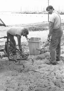 ARH Slg. Bartling 477, Zwei Männer beim Reinigen des Strandes am Steinhuder Meer, um 1970
