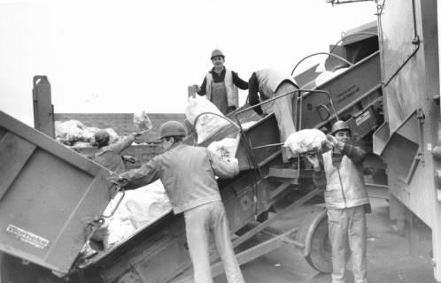 ARH Slg. Bartling 480, Männer an der Sammelstelle beim Sortieren von Müllsäcken des LKH (2 Ex.), um 1980