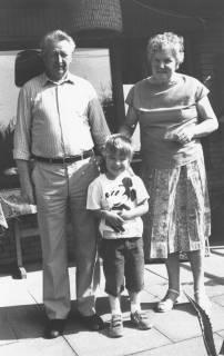 ARH Slg. Bartling 483, Hausmeisterehepaar Lisa und Heinz Dempewolf mit Enkel, 1970