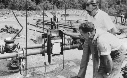 ARH Slg. Bartling 484, Kontrolle der oberirdischen Wasserleitung durch zwei Angestellte, 1979