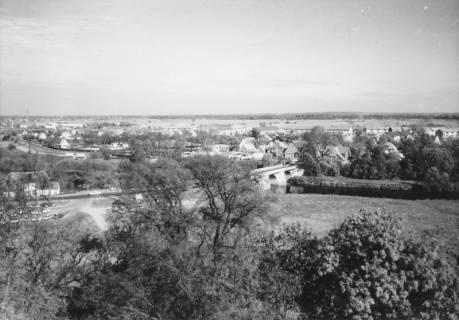 ARH Slg. Bartling 486, Blick vom Amtsgarten nach Osten auf die Leine-Brücke, um 1975