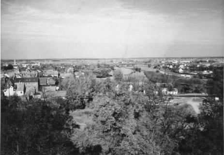 ARH Slg. Bartling 487, Blick vom Amtsgarten nach Norden auf die Leine (Kali-Chemie, Umgehungsstraße), um 1975