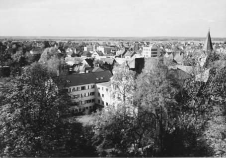 ARH Slg. Bartling 490, Blick vom Amtsgarten nach Nordwesten auf das Amtsgericht, die Sparkasse, den Liebfrauen-Kirchturm, um 1975