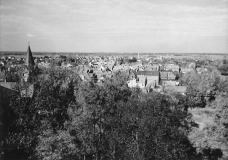 ARH Slg. Bartling 492, Blick vom Amtsgarten in Richtung Norden (Kirchturm der kath. Kirche St. Peter und Paul), um 1975