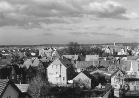 ARH Slg. Bartling 493, Blick vom Dach der Sparkasse in Richtung Norden (Wallstraße, Erichsberg, Kirchturm der kath. Kirche St. Peter und Paul), 3 Ex., um 1975