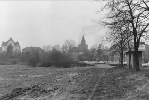 ARH Slg. Bartling 494, Blick von Osten auf den Parkplatz an der Brücke, über die Kleine Leine auf das Amtsgericht und die Liebfrauenkirche, um 1975