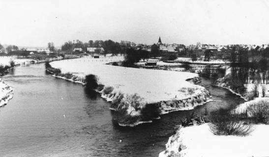 ARH Slg. Bartling 495, Blick von der Brücke der Umgehungstraße nach Süden auf die verschneite Landschaft an der Wiedervereinigung der Großen und Kleinen Leine (im Hintergrund der Turm der Liebfrauenkirche), 1970