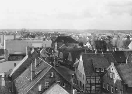 ARH Slg. Bartling 496, Blick vom Dach der Sparkasse nach Westen in die Marktstraße (Kaufhaus Hibbe), 2 Ex., um 1970
