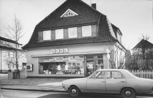 "ARH Slg. Bartling 497, Fassade des Lebensmittel-Einzelhandelsgeschäfts ""Rewe"", Wunstorfer Straße 37, um 1970"