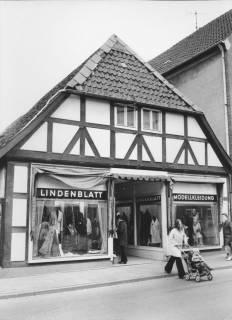 ARH Slg. Bartling 498, Fassade des Fachwerkhauses des Bekleidungsgeschäftes Lindenblatt, Marktstraße, um 1970