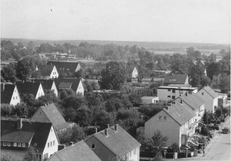 ARH Slg. Bartling 499, Blick vom Turm der katholischen Kirche St. Peter und Paul nach Osten (Freizeitzentrum), um 1975
