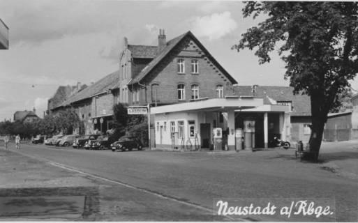 "ARH Slg. Bartling 525, Gasolin-Tankstelle vor den ""Calenberger Stuben"", Ecke Nienburger Straße / Rundeel, Neustadt a. Rbge., um 1950"