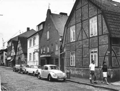"""ARH Slg. Bartling 526, Blick nach Süden auf die Häuserfassaden an der westlichen Seite der Windmühlenstraße, in der Mitte das Gasthaus Helfers (""""Stadtschänke""""), 1971"""