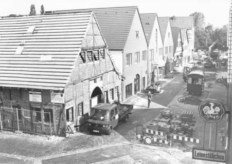 """ARH Slg. Bartling 528, Innenstadtsanierung: Blick nach Norden auf die westlichen Häuserfassaden der Mittelstraße (ab """"Leinestübchen""""), um 1975"""
