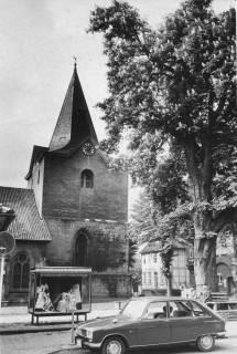 ARH Slg. Bartling 532, Turm der Liebfrauenkirche, rechts die blühende Kastanie, vorne ein parkendes Kfz (Renault R 16), dahinter eine Ausstellungsvitrine (Lindenblatt), 1969