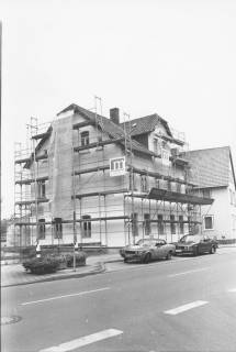 ARH Slg. Bartling 535, Theodor-Heuss-Straße 16, Straßenfront, eingerüstet für die Renovierung durch Firma Meinecke, um 1975