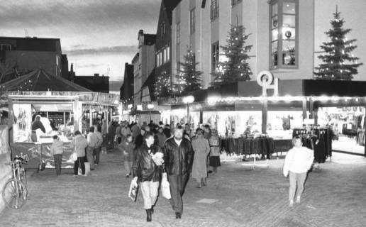 ARH Slg. Bartling 544, Abendstimmung auf dem Weihnachtsmarkt in der Marktstraße, mit Tannen geschmückte Fassade der Firma Ohlau und Hemme, um 1980